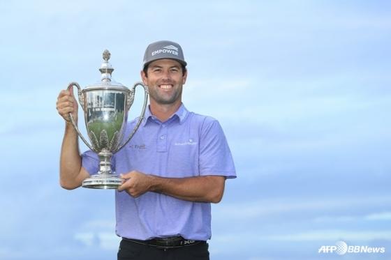 로버트 스트렙이 지난 달 23일(한국시간) PGA 투어RSM 클래식에서우승 트로피를 들어 보이고 있다. /AFPBBNews=뉴스1