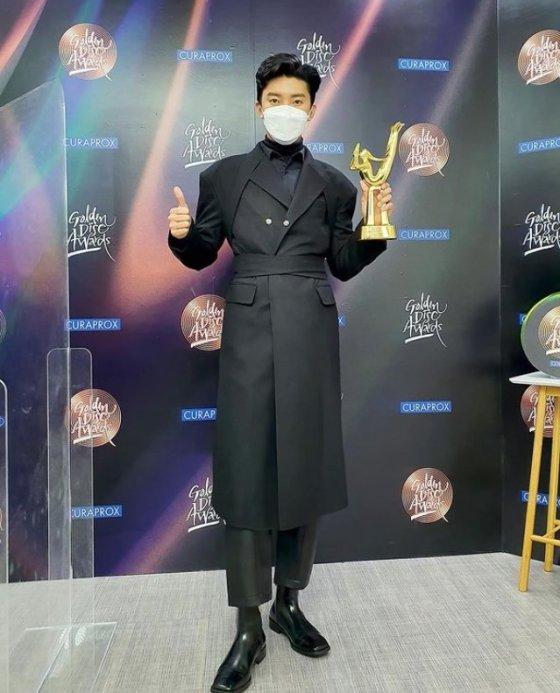 골든 디스크에서 베스트 트로트 상을 수상한 가수 임영웅 / 사진출처=뉴에라 프로젝트 공식 SNS