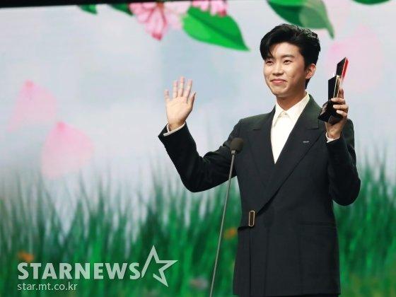 가수 임영웅이 2020 Asia Artist Awards(2020 아시아 아티스트 어워즈, 2020 AAA)에서 가수 부문 대상인 올해의 트로트상을 수상한 뒤 소감을 말하고 있다. / 사진=이동훈 기자 photoguy@