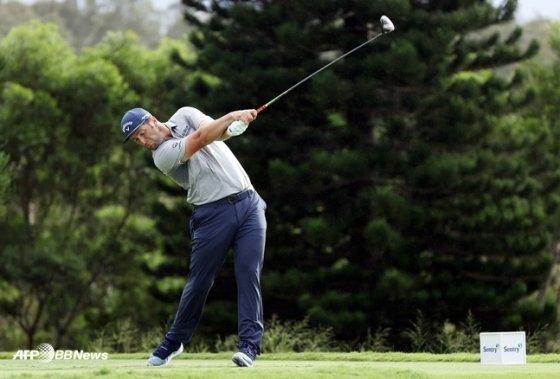 최근클럽을교체한 세계랭킹 2위 욘 람이 지난 10일(한국시간) 미국 하와이에서 열린 PGA 투어센트리토너먼트오브챔피언스 3라운드 18번 홀에서 티샷을 하고 있다. /AFPBBNews=뉴스1