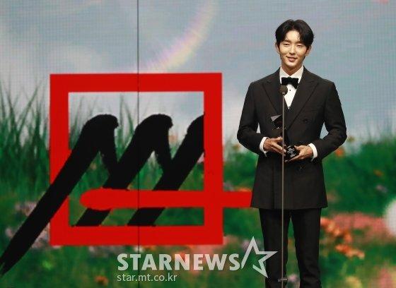 2020 Asia Artist Awards(2020 아시아 아티스트 어워즈)에서 배우 부문 베스트 아티스트상, 아시아 셀러브리티상을 수상한 배우 이준기/사진=이동훈 기자 photoguy@