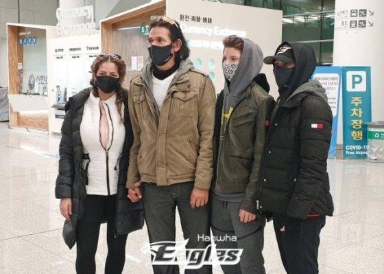 (왼쪽부터) 수베로 감독 아내와 수베로 감독, 아들, 딸. /사진=한화 이글스 제공