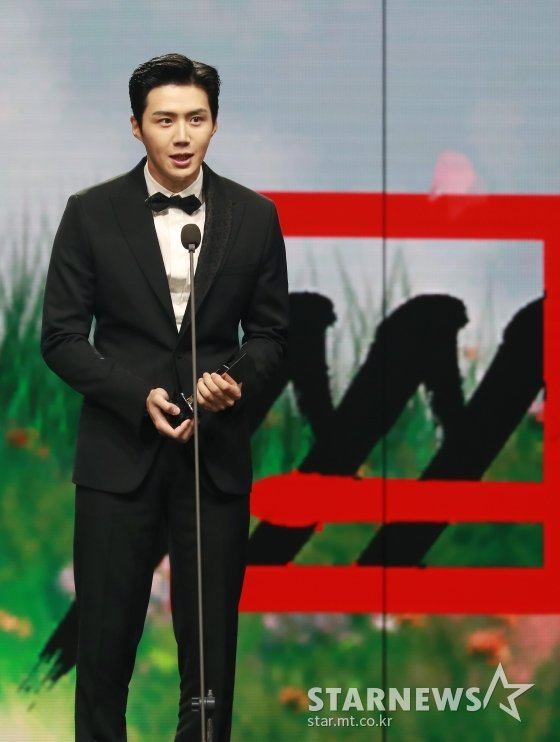 2020 Asia Artist Awards(2020 아시아 아티스트 어워즈, 2020 AAA)에서 배우 부문 이모티브상을 수상한 배우 김선호/사진=이동훈 기자 photoguy@