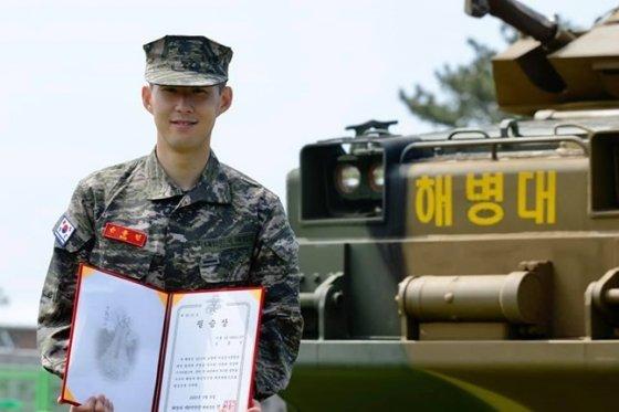 지난해 5월 해병대 기초군사훈련을 마친 손흥민. /사진=대한민국 해병대