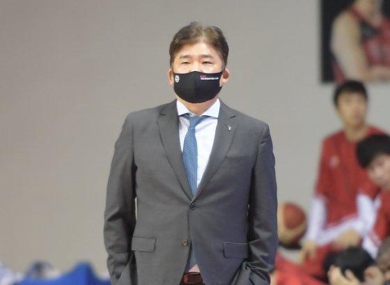 지난 16일 부산 KT전을 지켜보고 있는 김승기 감독. /사진=KBL 제공