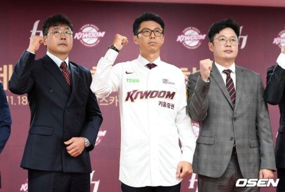 2019년 11월 홍원기 당시 수석코치(왼쪽부터)와 손혁 감독, 강병식 타격코치.