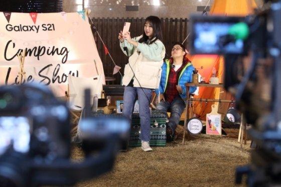먹방 BJ 쯔양(왼쪽)과 방송인 박권(오른쪽)이 '이색적인 캠핑 먹방' 콘셉트로 진행하는 모습