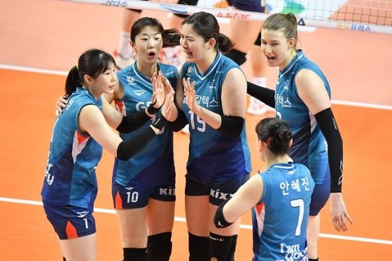 GS칼텍스 선수들이 22일 서울 현대건설전 득점 후 기뻐하고 있다. /사진=KOVO