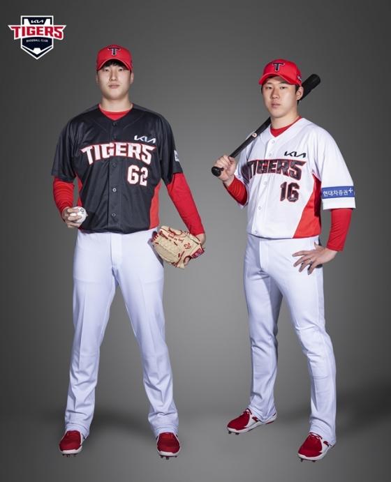 원정 유니폼을 입고 있는 정해영(왼쪽)과 홈 유니폼을 착용한 최원준의 모습. /사진=KIA 타이거즈 제공