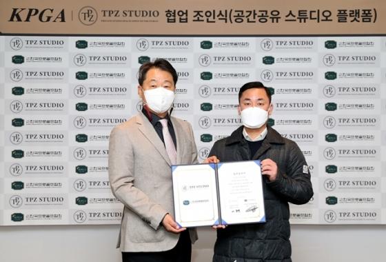 기념 촬영에 임하고 있는 KPGA 한종윤 상근 부회장(왼쪽)과 TPZ 이종훈 대표이사./사진=KPGA