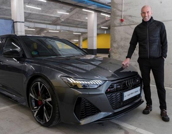 지네딘 지단 감독이 사진 촬영에 임하고 있다. /사진=레알 마드리드 공식 홈페이지