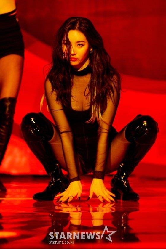 가수 선미가 23일 오후 온라인 생중계로 진행된 디지털 싱글 '꼬리'(TAIL) 발매 쇼케이스에서 멋진 무대를 선보이고 있다. /사진제공=어비스컴퍼니
