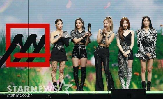 걸그룹 ITZY가 28일 마이뮤직테이스트로 방송된 2020 Asia Artist Awards(2020 아시아 아티스트 어워즈, 2020 AAA)에서 가수 부문 핫이슈상을 수상한 뒤 소감을 말하고 있다.스타뉴스가 주최하고 AAA 조직위원회가 주관하는 AAA는 어디에서도 보지 못했던 새로운 무대를 선보이며 전 세계 팬들의 눈과 귀를 사로잡아 명실상부 NO.1 글로벌 시상식으로 거듭났다. / 사진=이동훈 기자 photoguy@