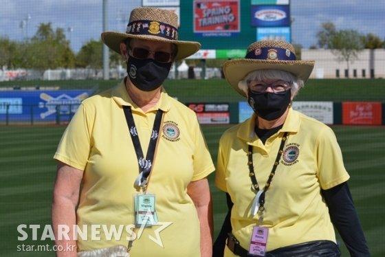 텍사스구단의스프링캠프구장에서오랜기간자원봉사를하고있는버지니아(왼쪽)와도나.  /서프라이즈(미국 애리조나주)=이상희 통신원