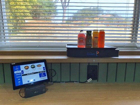 태블릿PC로 주문한 음료가 바(BAR) 전용 레일형 로봇으로 서빙되고 있는 모습
