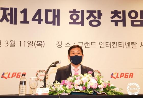 김정태 신임 회장이 취임 기자회견에서 질문에 답변하고 있다./사진=KLPGA