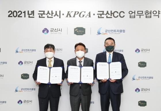 지난 12일 업무 협약에 참석한 군산CC 박성주 대표이사, 강임준 군산시장, KPGA 구자철 회장 (왼쪽부터)./사진=KPGA