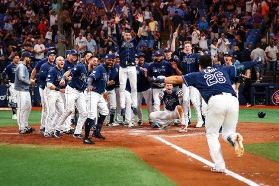 최지만(오른쪽)이 2019년 뉴욕 양키스와 경기에서 끝내기 홈런을 터트린 뒤 홈에서 동료들의 환영을 받고 있다.  /사진=탬파베이 홍보팀