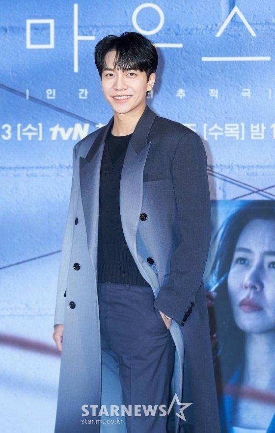 배우 이승기가  tvN 수목극 '마우스' 제작발표회에 앞서 포즈를 취하고 있다. /사진제공=CJENM