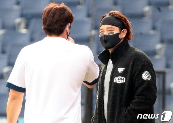 경기 종료 후  SSG 추신수(오른쪽)와 NC 나성범이 대화를 나누고 있다./사진=뉴스1