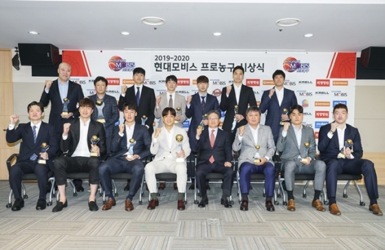 2019~2020 KBL 시상식 수상자들.  /사진=KBL