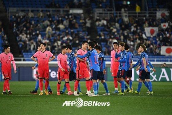 지난 3월 25일 일본 요코하마에서 열린 한일전이 끝난 뒤 인사를 나누고 있는 한국과 일본 대표팀. /AFPBBNews=뉴스1