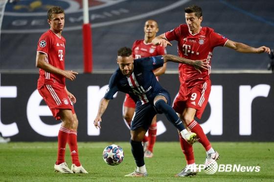 지난 시즌 UEFA 챔피언스리그 결승전에서 볼 경합 중인 네이마르(가운데)와 로베르토 레반도프스키(오른쪽). /AFPBBNews=뉴스1