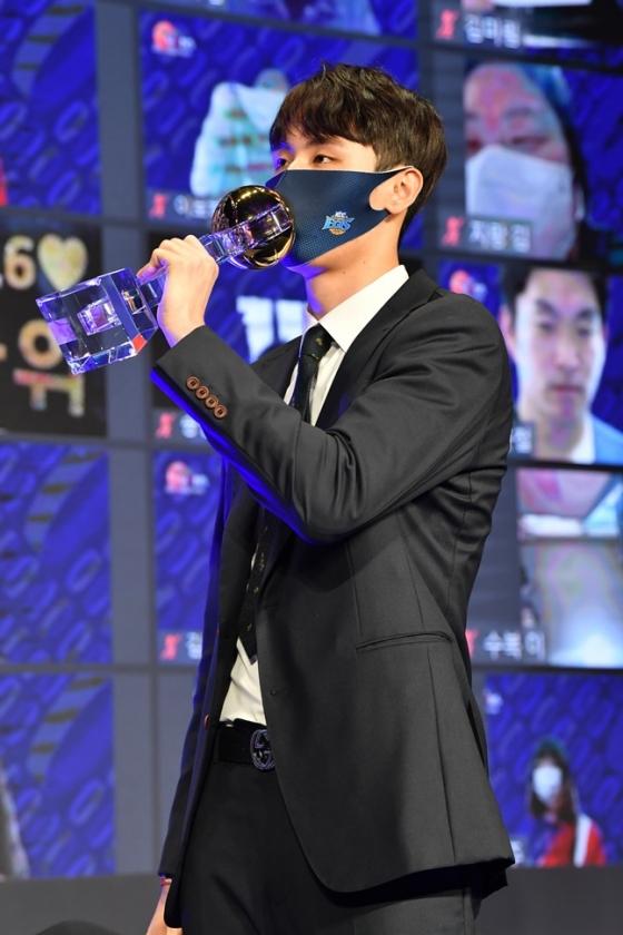 2020~2021시즌 MVP에 등극한 전주 KCC 송교창. /사진=KBL 제공