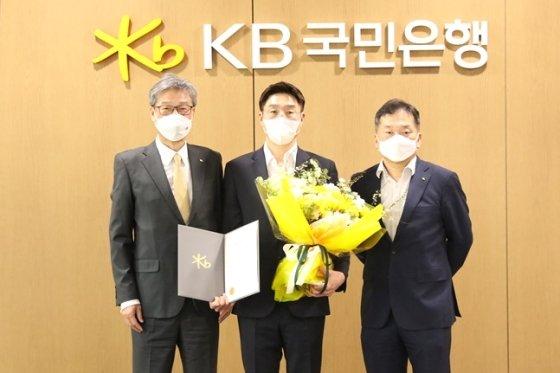 왼쪽부터 허인 은행장, 김완수 감독, 김진영 단장.  /사진=KB스타즈