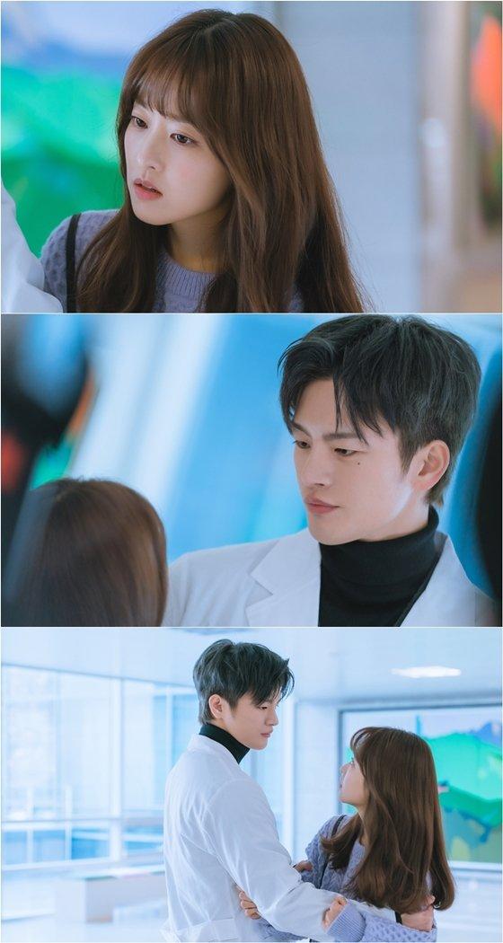 tvN 월화드라마 '어느 날 우리 집 현관으로 멸망이 들어왔다'에서 박보영, 서인국의 첫 만남 장면이 공개됐다./사진제공=tvN '어느 날 우리 집 현관으로 멸망이 들어왔다'
