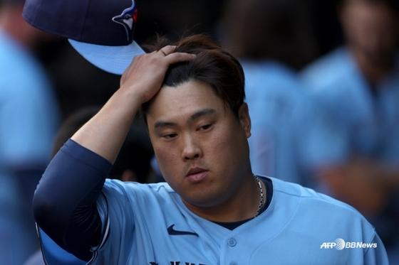 류현진이 8일(한국시간) 텍사스전 도중 머리를 만지고 있다. /AFPBBNews=뉴스1