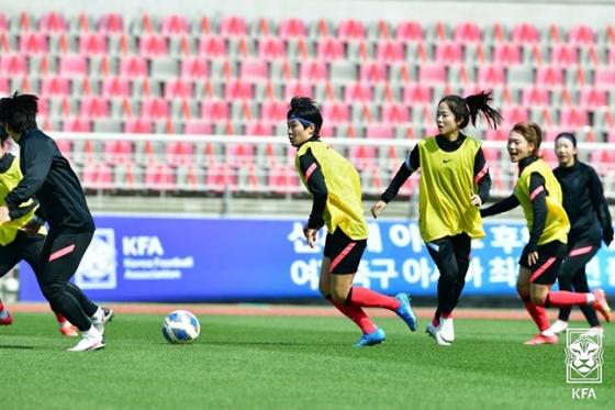 지난 7일 중국전 대비 훈련 중인 지소연(가운데)과 이민아(오른쪽 3번째). /사진=대한축구협회