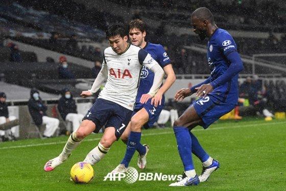 지난 2월 첼시와의 잉글랜드 프리미어리그(EPL)에서 드리블을 시도하고 있는 손흥민. /AFPBBNews=뉴스1