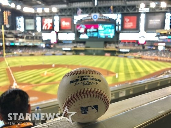 14일(한국시간) 애리조나-오클랜드전이 열린 피닉스의 체이스 필드에서 경기 도중 기자실로 날아온 파울볼.  /피닉스(미국 애리조나주)=이상희 통신원