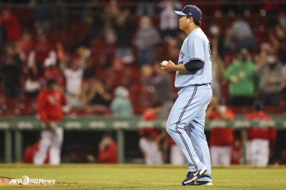 류현진이 21일(한국시간) 보스턴전 4회 산더르 보하르츠에게 스리런 홈런을 맞은 뒤 마운드로 돌아가고 있다. /AFPBBNews=뉴스1