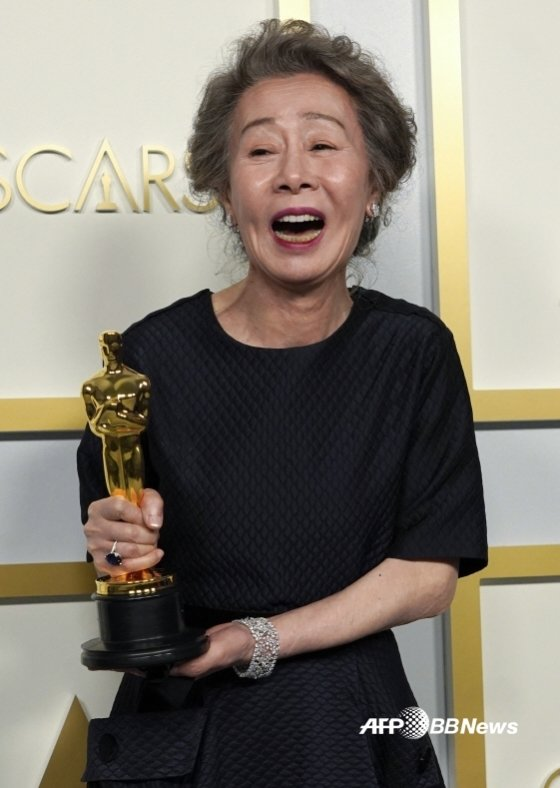 윤여정이 한국배우 최초로 아카데미 시상식에서 수상한 뒤 트로피를 들고 환하게 웃고 있다. /AFPBBNews=뉴스1