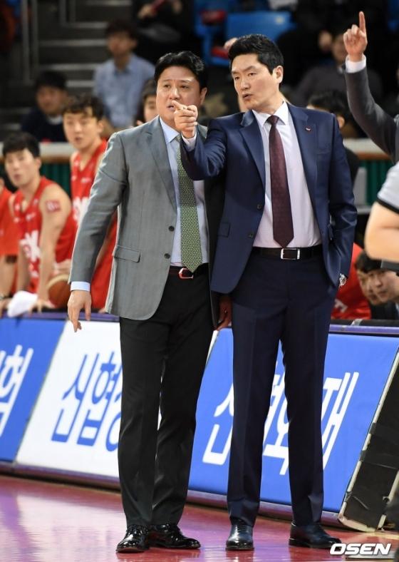 2019년  당시 SK 문경은 감독과 전희철 수석코치(오른쪽).  /사진=OSEN