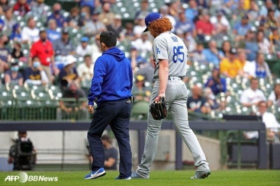 지난 2일 밀워키전에 선발로 나섰으나 팔 부상으로 강판되고 있는 LA 다저스 더스틴 메이. 토미 존 수술을 받게 됐다. /AFPBBNews=뉴스1