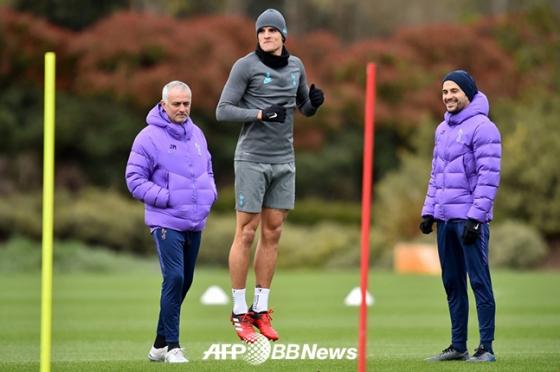 에릭 라멜라(가운데)의 훈련을 지켜보고 있는 조세 무리뉴(왼쪽) 감독. /AFPBBNews=뉴스1