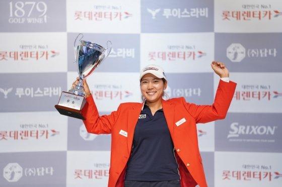 '2020 롯데렌터카 GTOUR 6차' 결선 시상식에서 우승 기념 포즈를 취하고 있는 박단유 선수 모습.