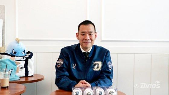 창원의 NC 어린이 팬들에게 기부한 가수 김진표. /사진=NC 제공