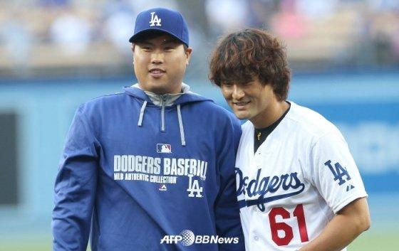 2014년 LA 다저스타디움에서 열린 '한국의 밤' 행사에서 만난 류현진(왼쪽)과 박찬호.  /AFPBBNews=뉴스1