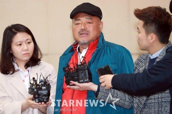 성폭행 혐의로 피소된 가수 김흥국씨(59)가 5일 오후 서울 광진경찰서에 피고소인 신분으로 조사를 받기 위해 출석해 입장을 밝히고 있다. /사진=임성균 기자 tjdrbs23@