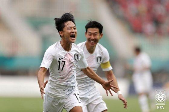 지난 2018년 자카르타 팔렘방 아시안게임 당시 베트남과의 4강전에서 골을 터뜨린 뒤 환호하고 있는 이승우(왼쪽)와 손흥민. /사진=대한축구협회