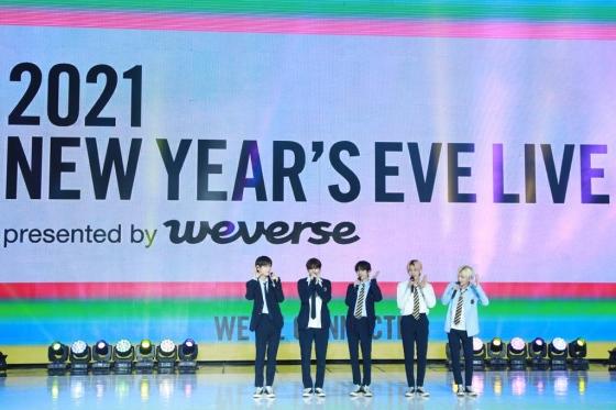 그룹 투모로우바이투게더가 31일 온라인으로 진행된 빅히트엔터테인먼트 레이블 합동 콘서트 '2021 뉴 이어스 이브 라이브(2021 NEW YEAR'S EVE LIVE presented by Weverse)'에서 인사말을 하고 있다. / 사진제공 = 빅히트엔터테인먼트 /사진=김창현 기자 chmt@
