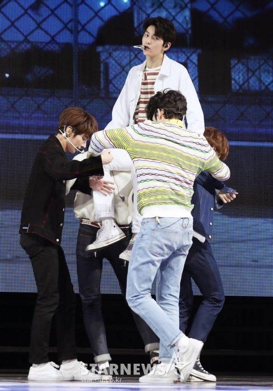 투모로우바이투게더가 데뷔 앨범 '꿈의 장: STAR' 발매 쇼케이스에서 멋진 무대를 선보이고 있다. /사진=김휘선 기자 hwijpg@