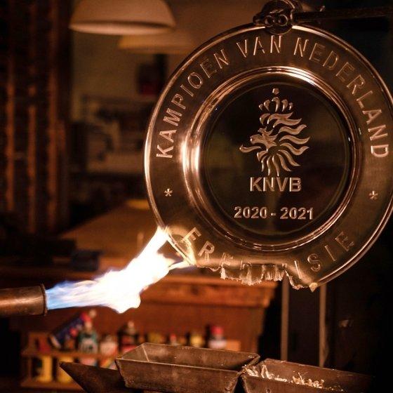 불에 녹아내리는 우승 트로피. /사진=아약스 구단 공식 SNS