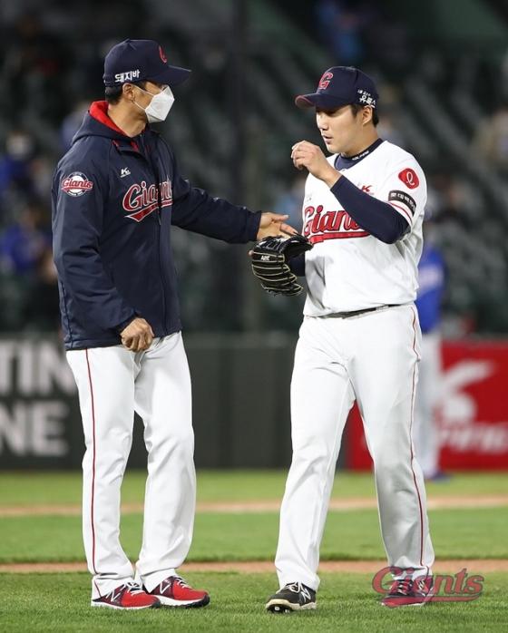 이용훈 투수 코치(왼쪽)./사진=롯데 자이언츠