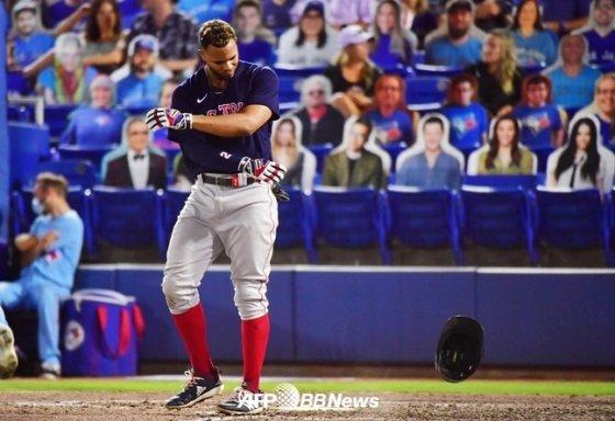 보스턴 산더르 보하르츠가 19일(한국시간) 경기 6회 류현진에게 삼진을 당한 뒤 헬멧을 던지고 있다. /AFPBBNews=뉴스1