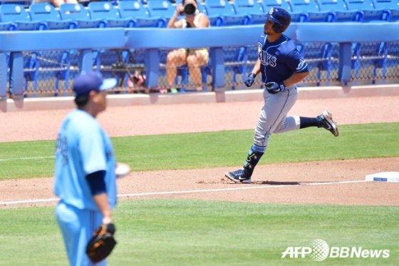 류현진(왼쪽)이 24일(한국시간) 탬파베이전 5회 프란시스코 메히아에게 솔로 홈런을 내준 뒤 그라운드를 바라보고 있다.  /AFPBBNews=뉴스1